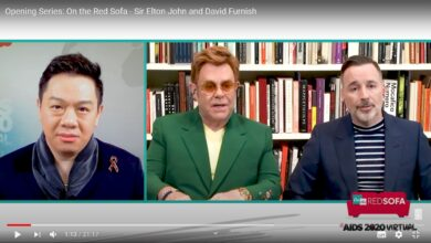 Photo of Sir Elton John y David Furnish alzan la voz entorno al Sida en AIDS 2020